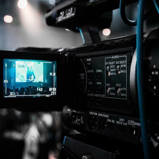 Nessa opção, nós fazemos a filmagem pra você, buscando os melhores ângulos para destacar a sua empresa na sua divulgação digital. As imagens podem ser usadas para desenvolvimento de vídeos institucionais para divulgação e postados em plataformas como o Youtube, Vimeo, etc.